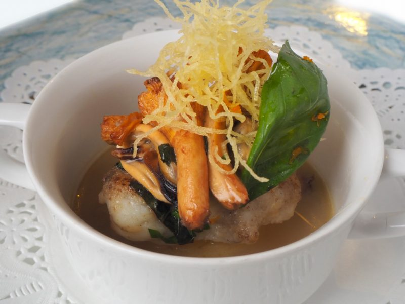アンコウとジロール茸,ムール貝入りスープ Monk fish sautéed, chanterelles and mussels basil flavored soup